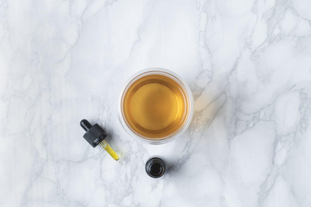 Bij zelfgemaakte CBD olie is het raadzaam om het product eerst even te testen. Breng een klein beetje aan op de huid en laat deze even intrekken. Werkt het? Dan kun je de CBD olie 'echt' gaan gebruiken en de voordelen ervaren.