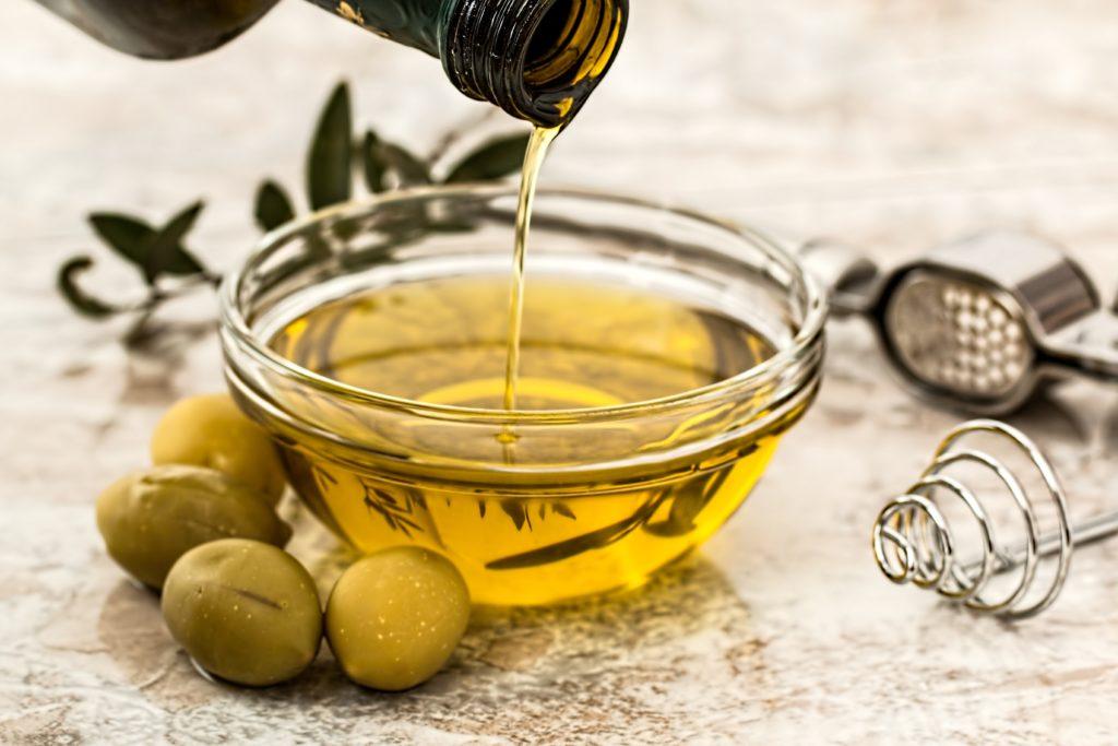 Zelf CBD olie maken op basis van olijfolie (of hennepolie).